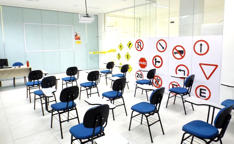 Comunicado do Detran.SP confirma aumento da capacidade da sala de aula do curso teórico para 50% na fase verde